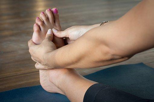 waarom krijgen veel mensen opgezette voeten en enkels met warm weer